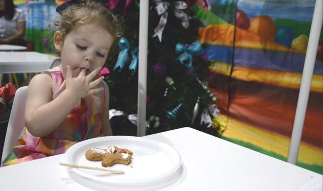santas-magical-kingdom-gingerbread-decorating